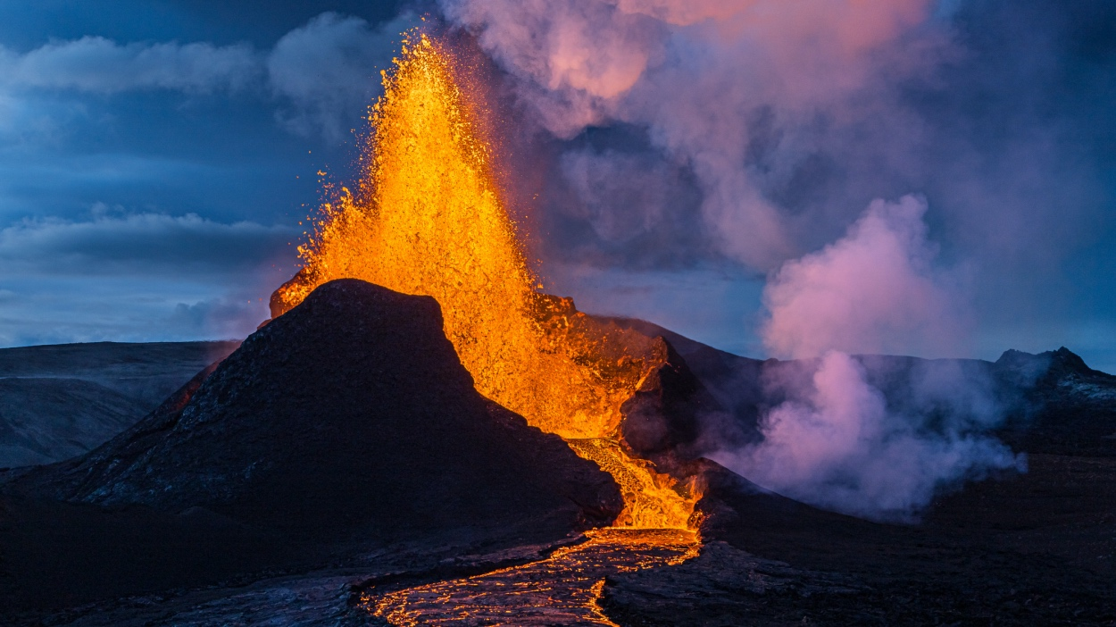 Río de fuego del Volcán de La Palma avanza hacia  poblados que hasta ahora permanecían intactos